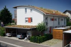 Wohnhaus und Carport mit extensiver Dachbegrünung