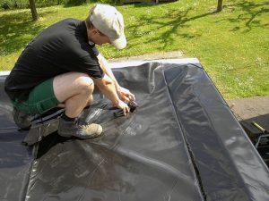 Freischneiden des Dachablaufs.
