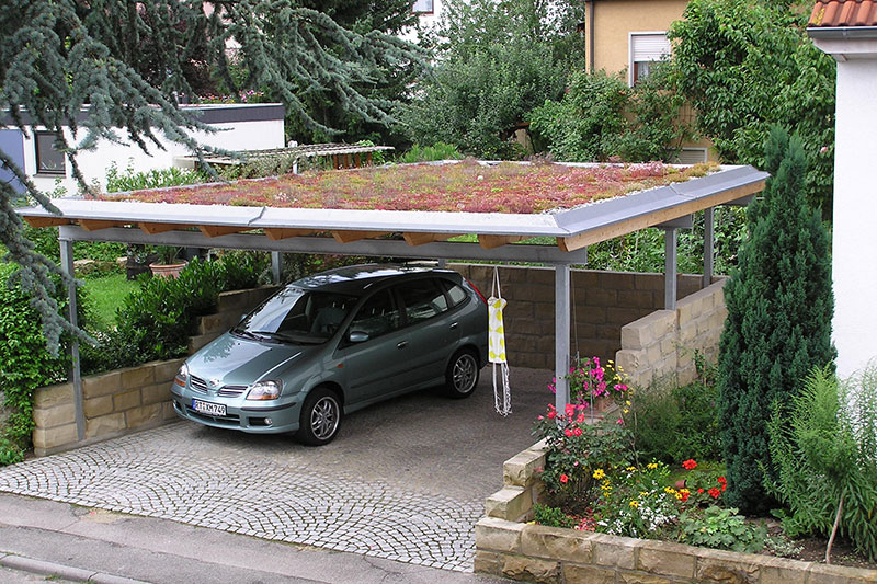 Carport mit extensiver Dachbegrünung.