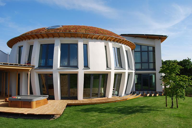 Haus mit extensiver Dachbegrünung.