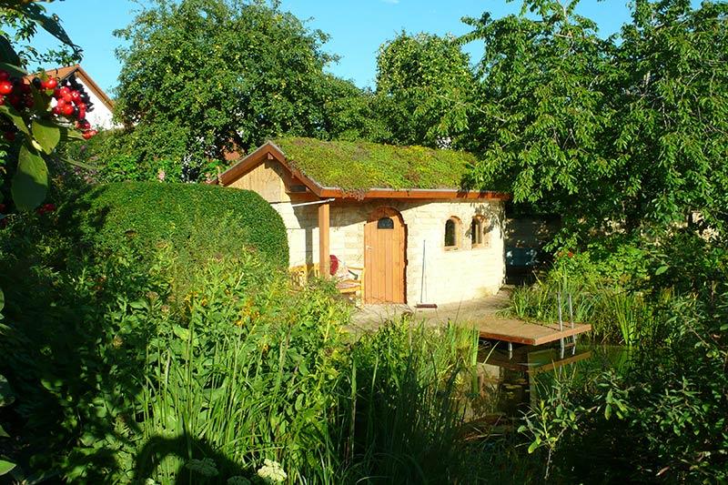 Begrüntes Wohnhaus mit großem Garten.
