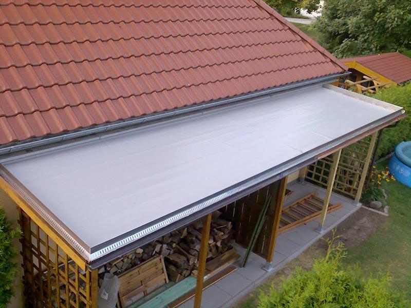 Mustergültige Einfassung des Dachs mit einem Alu-Winkel.