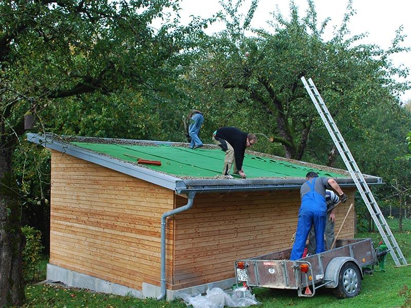Der Kies wird auf das Dach gebracht.
