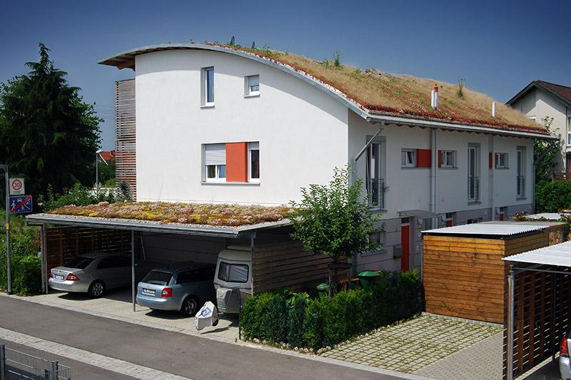 Privates Wohnhaus und Carport mit extensiver Dachbegrünung.