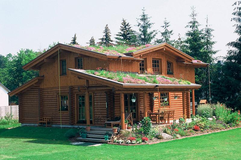 Privates Wohnhaus aus Holz mit extensiver Dachbegrünung.