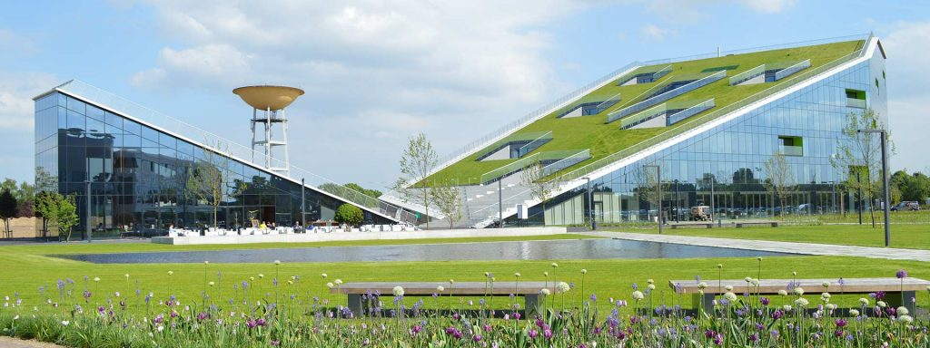 Der Corda-Campus im belgischen Hasselt wurde mit einem Optigrün-System für Schrägdächer begrünt.