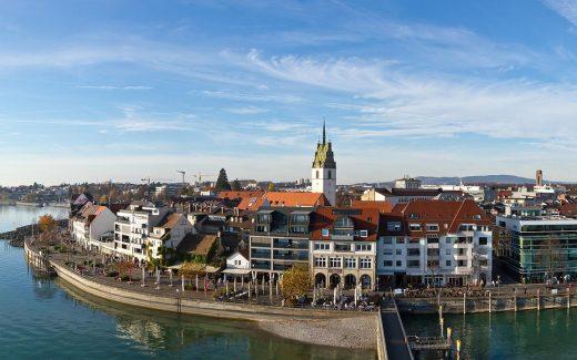 Friedrichshafen: Blick über die Stadt und den Bodensee